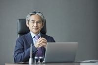 椅子に座る日本人エグゼクティブ