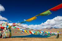 中国 チベット自治区 ヤムドク湖とタルチョ
