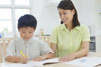 勉強をする子供と教えるお母さん