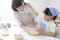 キッチンで調理する日本人親子