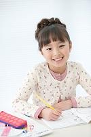勉強している日本人の女の子