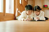 絵本を見る男の子と女の子