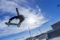 ジャンプするスケートボーダー