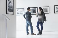 ギャラリーで鑑賞するカップル