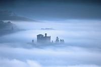 イタリア グリンツァーネ・カヴール 霧に包まれた城