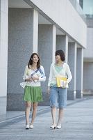 キャンパスを歩く女子大生