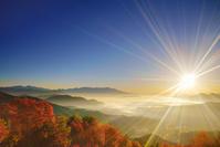 長野県 青木村 十観山 朝日と浅間山と四阿山と紅葉の樹林