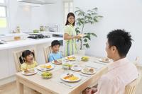 家族の朝の食卓