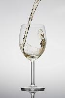 白ワイン グラスに注ぐイメージ