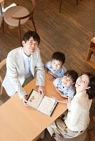 メニューを見る日本人家族