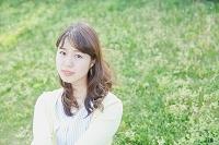 芝生の上で寛ぐ日本人女性
