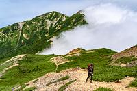 唐松岳から五竜岳に続く尾根を進む登山者