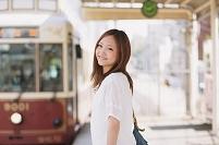 電車を待つ日本人女性