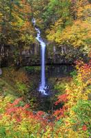 秋田県 紅葉に染まる曽利の滝