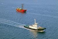 東京都 東京港を航行する御座船安宅丸とタグボート