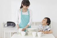 食器を片づけるお母さんと男の子