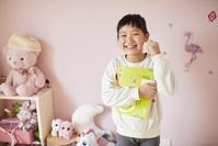 子供部屋で笑う日本人の女の子