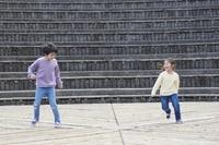 ダンスをする日本人の兄妹