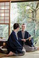 和室でくつろぐ外国人と日本人女性