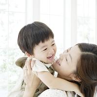 息子を抱き上げる母親