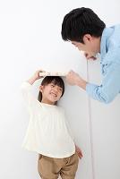 身長を測る日本人親子