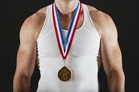 首から金メダルを下げた男性