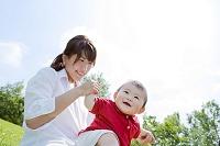 公園で遊ぶ母親と息子
