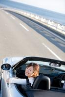 オープンカーに乗っている日本人女性