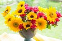 花瓶にあるヒマワリとモナルダの花