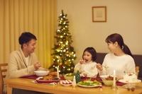 クリスマスのごちそうを食べる日本人家族