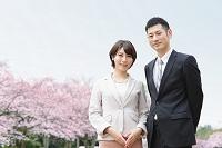 フォーマルな衣装の夫婦