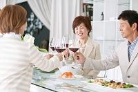ワインで乾杯をする中高年たち