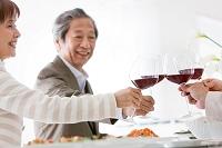 ワインで乾杯をする中高年男女