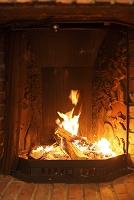レリーフの美しい暖炉