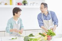 食事の準備をする日本人シニア夫婦