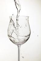 ワイングラスに注ぐ水