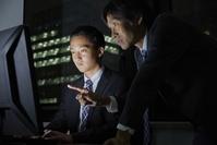 オフィスで残業する日本人ビジネスマン