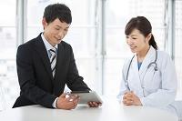 ミーティングをする日本人医師とMR