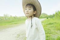 麦わら帽子をかぶった男の子