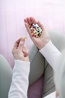 薬を服用するシニア女性