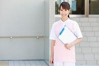 カルテを持つ女性介護士