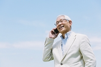 電話をするシニアの日本人男性