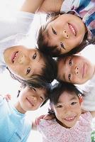 円陣を組んで覗き込む小学生たち