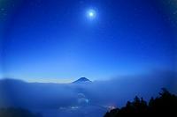 山梨県 月と星空と富士山