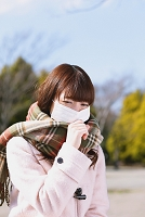 マスクをつけた風邪気味の女性