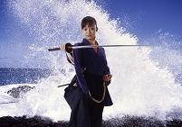 波と刀を持つ女性