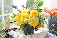 黄色いバラのフラワーアレンジメント