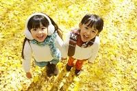 紅葉のきれいな秋の公園で遊ぶ子供達