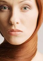 髪を首に巻いた外国人女性