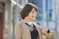 腕時計を見る日本人女性